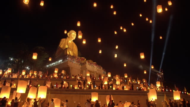 stockvideo's en b-roll-footage met sky lantaarn loi krathong traditionele festival. - traditie