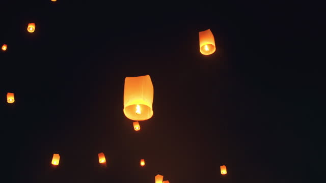 vídeos de stock e filmes b-roll de sky lantern loi krathong traditional festival. - lanterna de papel