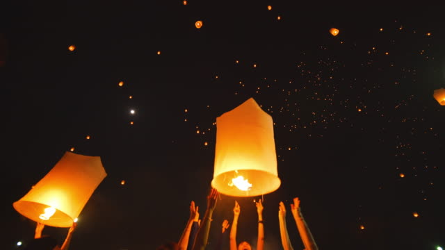 sky laterne loi krathong traditionelles festival. - traditionelles fest stock-videos und b-roll-filmmaterial