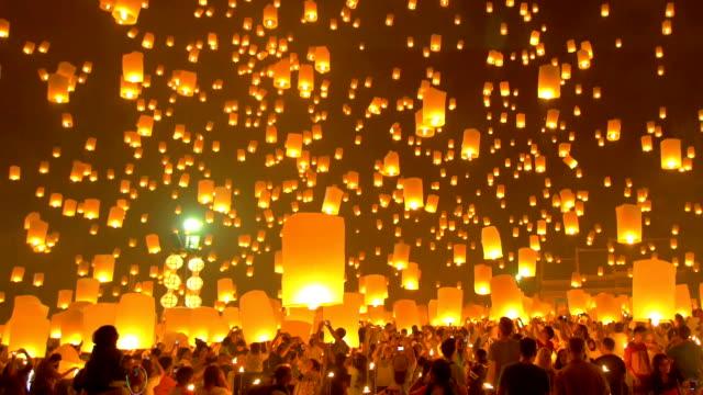 sky lanterna festa di loi krathong festival tradizionale. - lanterna attrezzatura per illuminazione video stock e b–roll