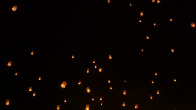 vídeos de stock e filmes b-roll de céu lanterna loi krathong festival tradicional. - lanterna de papel