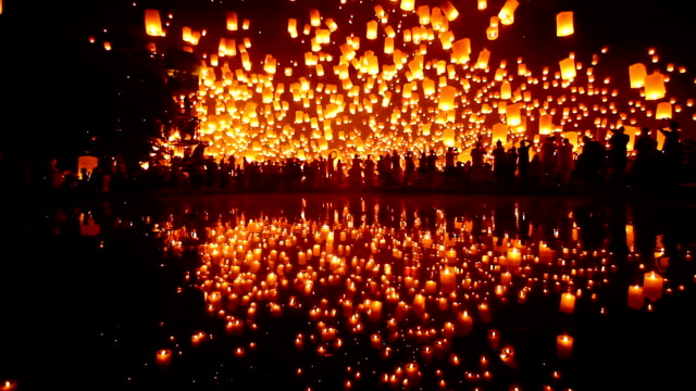 sky laterne loi krathong traditionelle festival. - orange colour stock-videos und b-roll-filmmaterial