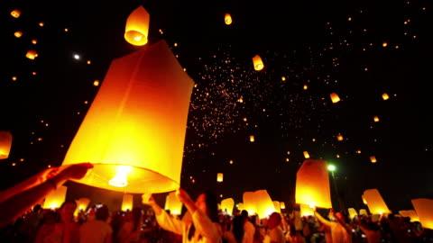 vidéos et rushes de sky lanterne loi krathong festival traditionnel. - lanterne