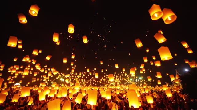 sky lantern loi krathong traditional festival. - fire natural phenomenon video stock e b–roll