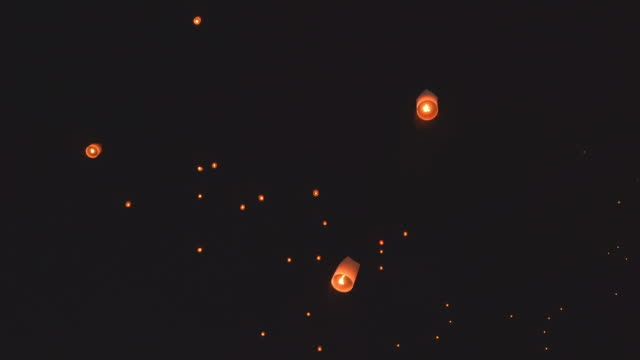 vídeos de stock e filmes b-roll de sky lantern traditional festival - lanterna de papel