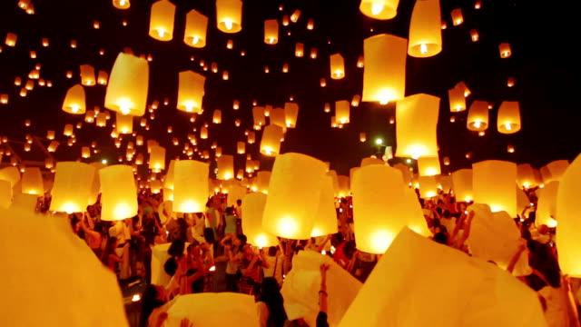 sky lanterna festival tradizionale - lanterna attrezzatura per illuminazione video stock e b–roll