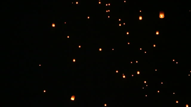 vídeos y material grabado en eventos de stock de linternas sky durante yi peng festival, loy krathong - esperanza