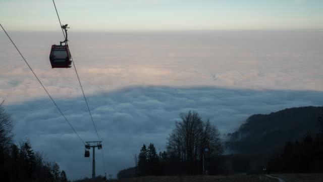 t/l himmel aufzug im nebel - hochspannungsmast stock-videos und b-roll-filmmaterial
