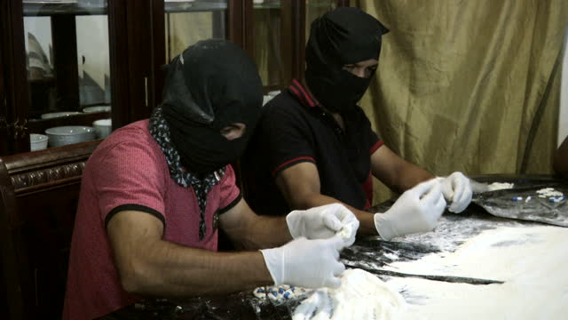 vídeos y material grabado en eventos de stock de sky news has been given unprecedented access to the secret industrial super-labs of one of mexico's most powerful drug cartels. the country's drugs... - cartel