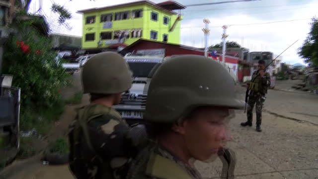 stockvideo's en b-roll-footage met sky news has come under sniper fire while reporting on islamic state not in syria or iraq but in the philippines our asia correspondent katie... - isis