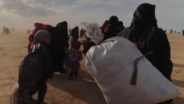 sky news has seen evidence of the impact of the final days of islamic state three thousand people mainly women and children who have left it's last... - syrien stock-videos und b-roll-filmmaterial