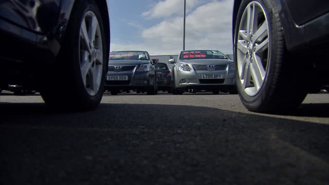 vidéos et rushes de sky news report into a major recall of four toyota car models in the uk. shows exterior shots of a toyota dealership and cars on lot including close... - blacked