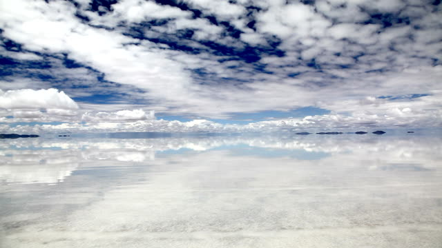 stockvideo's en b-roll-footage met sky reflection on water in salar de uyuni, bolivia - bolivia