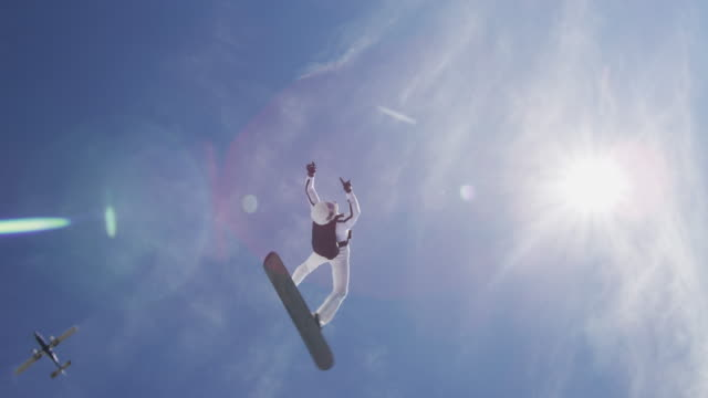 stockvideo's en b-roll-footage met sky surfing head down maneuver - acrobatiek