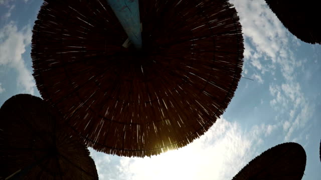 vídeos de stock e filmes b-roll de sky. time lapse - chapéu de sol