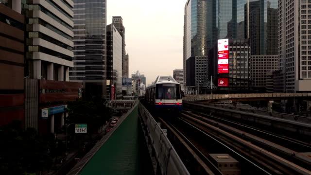 sky trian mass transit von bangkok, thailand - einschienenbahn stock-videos und b-roll-filmmaterial