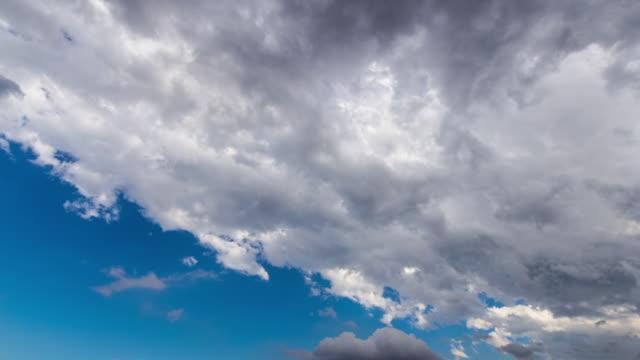 vidéos et rushes de t/l, sky turn dark clouds. - ciel seulement