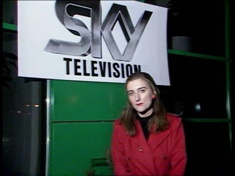 sky tv launch; england: london: isleworth: cms andrew neil and rupert murdoch toast each other with champagne side neil and murdoch at microphones,... - andrew neil bildbanksvideor och videomaterial från bakom kulisserna