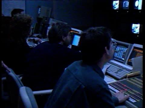 sky tv launch; england: london: isleworth: cms andrew neil announces countdown sof, rupert murdoch standing beside him, both holding glasses of... - andrew neil bildbanksvideor och videomaterial från bakom kulisserna