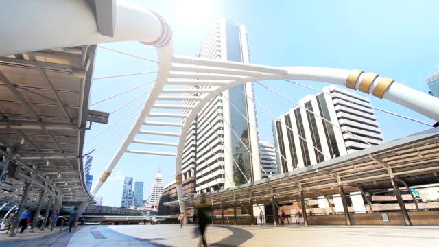 Ciel à pied, pont reliant mrt et bts transport massive au coeur de bangkok