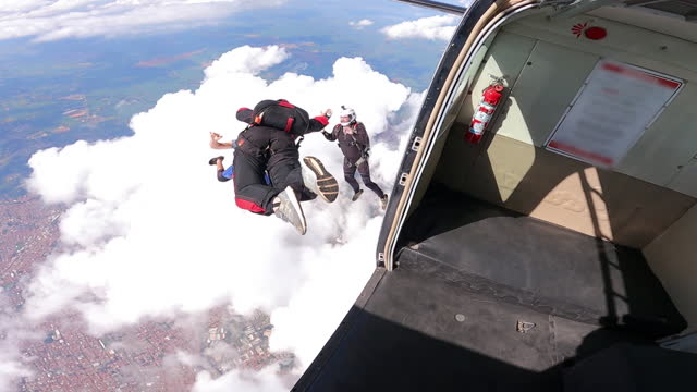 skydiver jump out the plane - アドレナリン点の映像素材/bロール