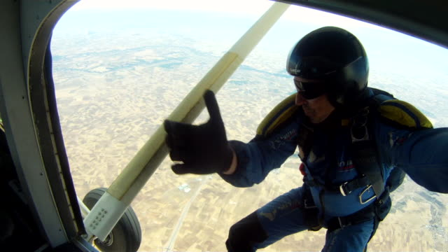 skydiver jumping out of plane - fallschirm stock-videos und b-roll-filmmaterial