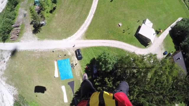 pov fallschirmspringer landen, blickte auf füße - fallschirm stock-videos und b-roll-filmmaterial