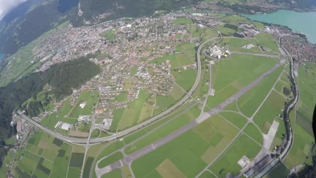 fallschirmspringer landen mit fallschirm öffnen - fallschirm stock-videos und b-roll-filmmaterial