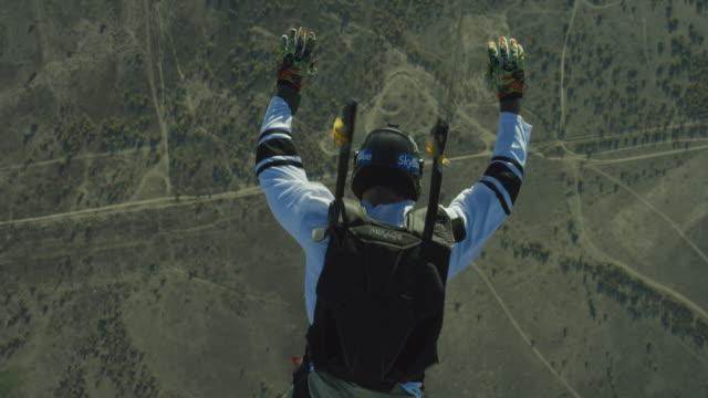 vídeos de stock, filmes e b-roll de skydiver opens parachute - extreme close up