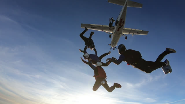 vidéos et rushes de skydivers jump out of plane slow motion - parachute