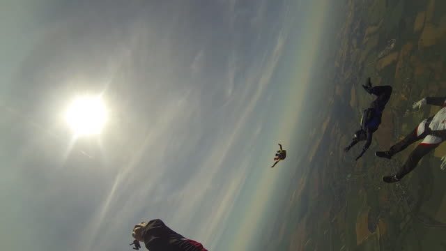 vídeos de stock e filmes b-roll de skydivers perform acrobatic moves after dropping from helicopter - agilidade
