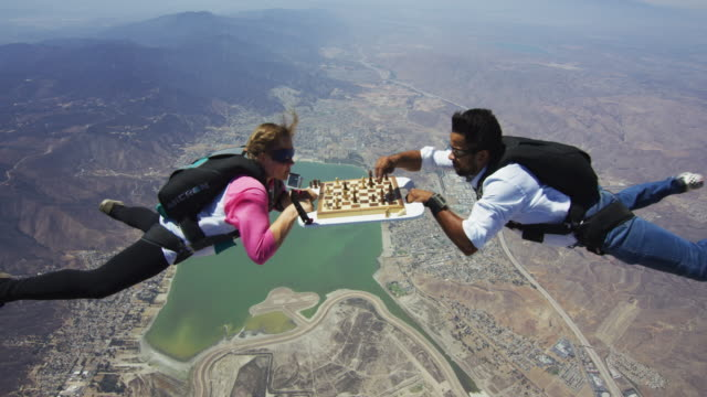 vidéos et rushes de skydivers play a game of aerial chess - évasion