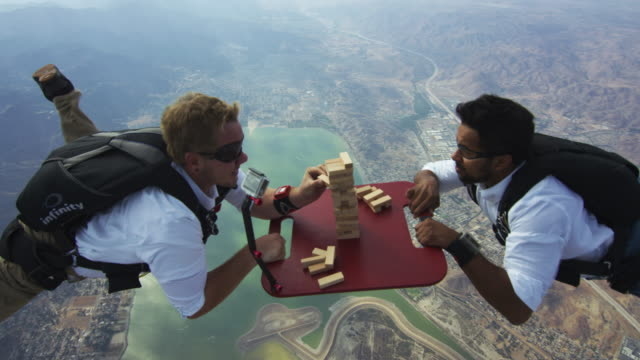 skydivers play a game of aerial jenga - alles hinter sich lassen stock-videos und b-roll-filmmaterial