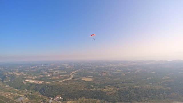 POV Skydiver de vue de sol ci-dessous