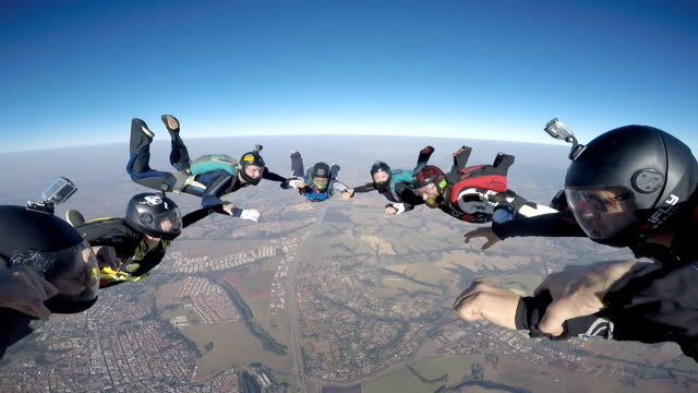 vidéos et rushes de skydiving group point of view - parachute