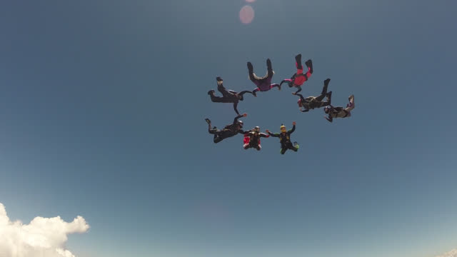 vidéos et rushes de skydiving group teamwork - parachute