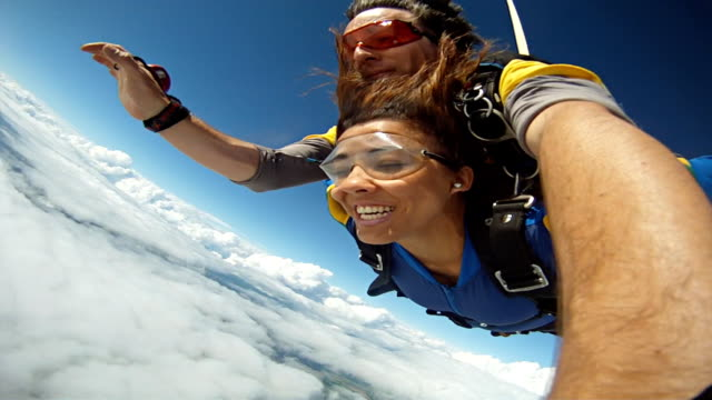 vidéos et rushes de skydiving tandem black woman selfie - parachute