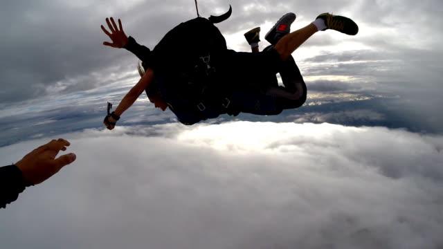 vídeos de stock, filmes e b-roll de skydiving tandem turning - esportes extremos