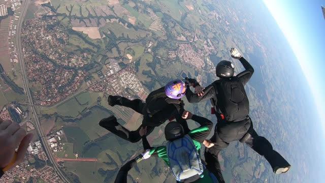 vidéos et rushes de skydiving team formation - parachute