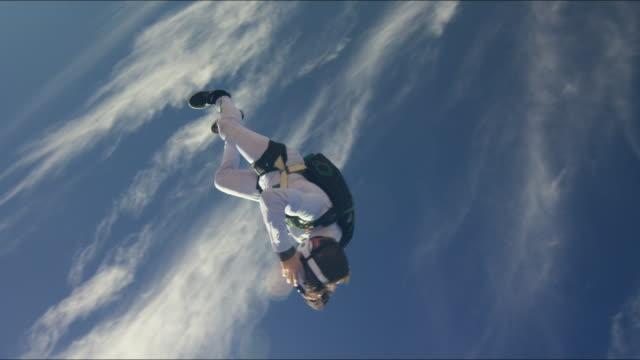 vídeos de stock, filmes e b-roll de skydiving with virtual reality headset - tumbling - paraquedismo