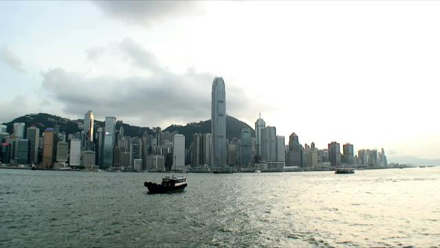 stockvideo's en b-roll-footage met ws pan skyline across harbor, hong kong, china - hong kong