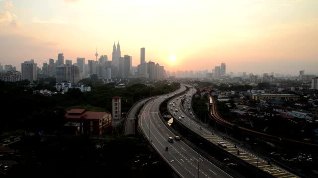 街並みや渋滞を高架道路夕暮れのクアラルンプールでは、リアルタイム。 - クアラルンプール点の映像素材/bロール