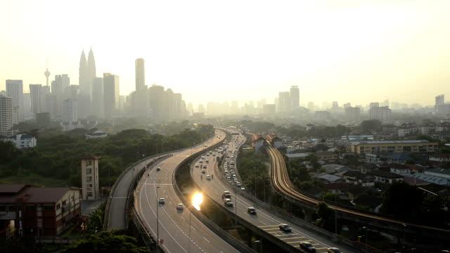 街並みや渋滞を高架道路夕暮れのクアラルンプールでは、リアルタイム。
