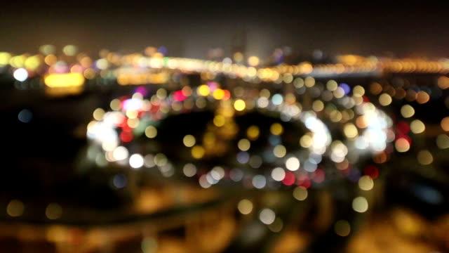vídeos y material grabado en eventos de stock de agitado de la ciudad y el tráfico en carretera elevada intersección en la noche, tiempo real. - carretera elevada