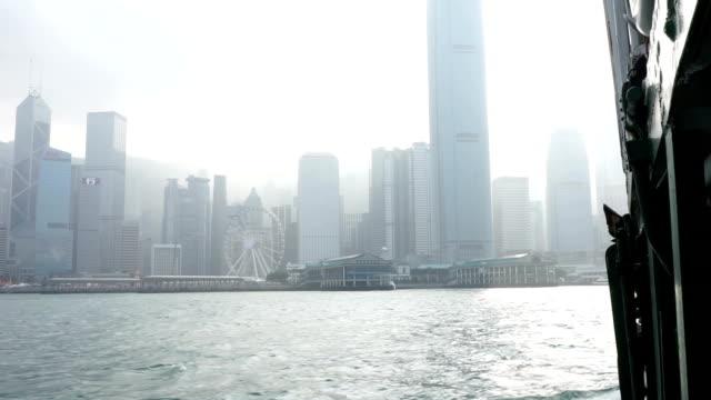 街並みと香港の街並みの眺めで、ビクトリアハーバーフェリーから - ローカルな名所点の映像素材/bロール