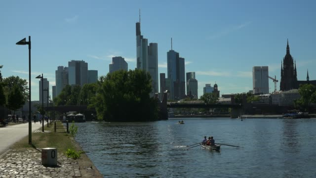 skyline and main river, frankfurt am main, hesse, germany - paddeln stock-videos und b-roll-filmmaterial
