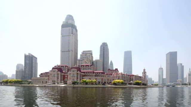 vídeos de stock, filmes e b-roll de horizonte e edifícios modernos de tianjin na margem do rio, em tempo real. - tianjin