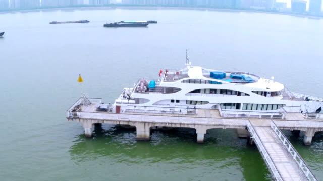 vídeos y material grabado en eventos de stock de vista de los edificios de recreación y barco sobre el río en la moderna ciudad, especialidades de hangzhou. - terminal de ferry
