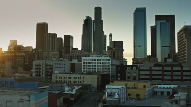 stockvideo's en b-roll-footage met dtla skyline at dusk - loft apartment