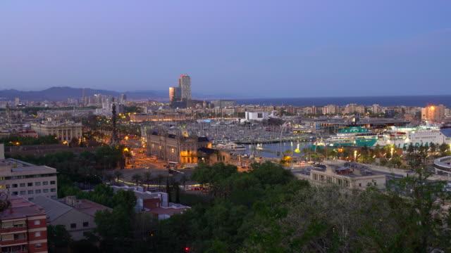 vídeos de stock, filmes e b-roll de horizonte barcelona com o porto, em tempo real - barcelona espanha